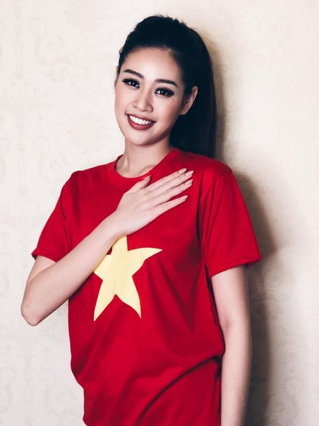 Khánh Vân -Minh Tú đồng loạt mặc áo cờ đỏ sao vàng, đầy tự hào mừng ngày lễ 30/4 ảnh 3
