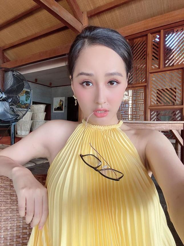 Diện loạt trang phục đơn giản, Tiểu Vy vẫn cực kỳ gợi cảm và ngày càng ra dáng fashionista ảnh 4
