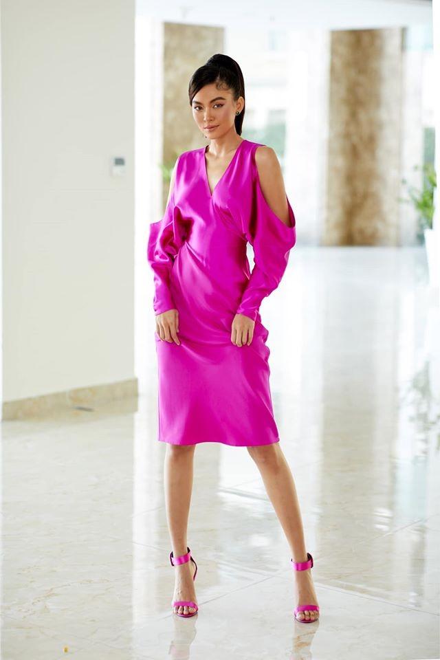 Diện loạt trang phục đơn giản, Tiểu Vy vẫn cực kỳ gợi cảm và ngày càng ra dáng fashionista ảnh 6