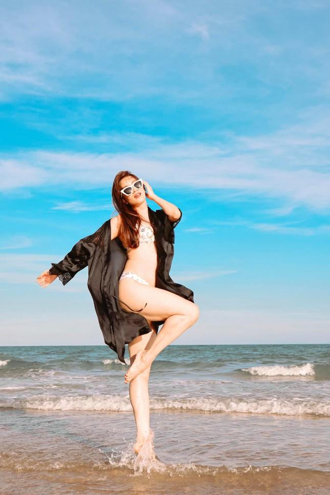 Khánh Thi nóng bỏng với bikini, hôn Phan Hiển say đắm trên biển Vũng Tàu ảnh 4