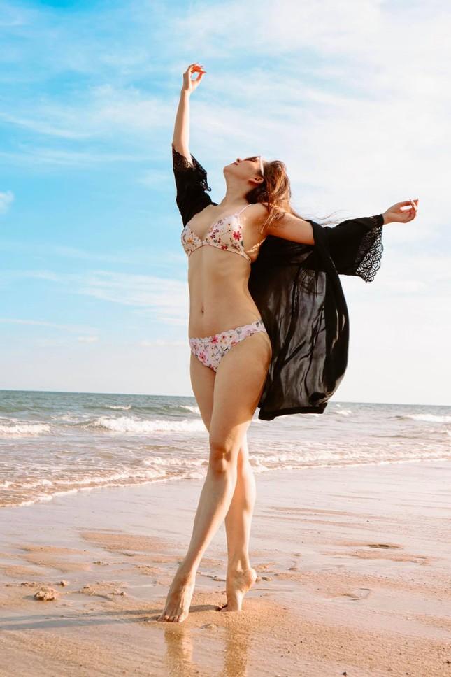 Khánh Thi nóng bỏng với bikini, hôn Phan Hiển say đắm trên biển Vũng Tàu ảnh 8