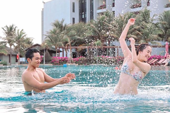 Khánh Thi nóng bỏng với bikini, hôn Phan Hiển say đắm trên biển Vũng Tàu ảnh 10