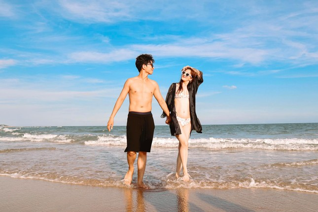 Khánh Thi nóng bỏng với bikini, hôn Phan Hiển say đắm trên biển Vũng Tàu ảnh 2