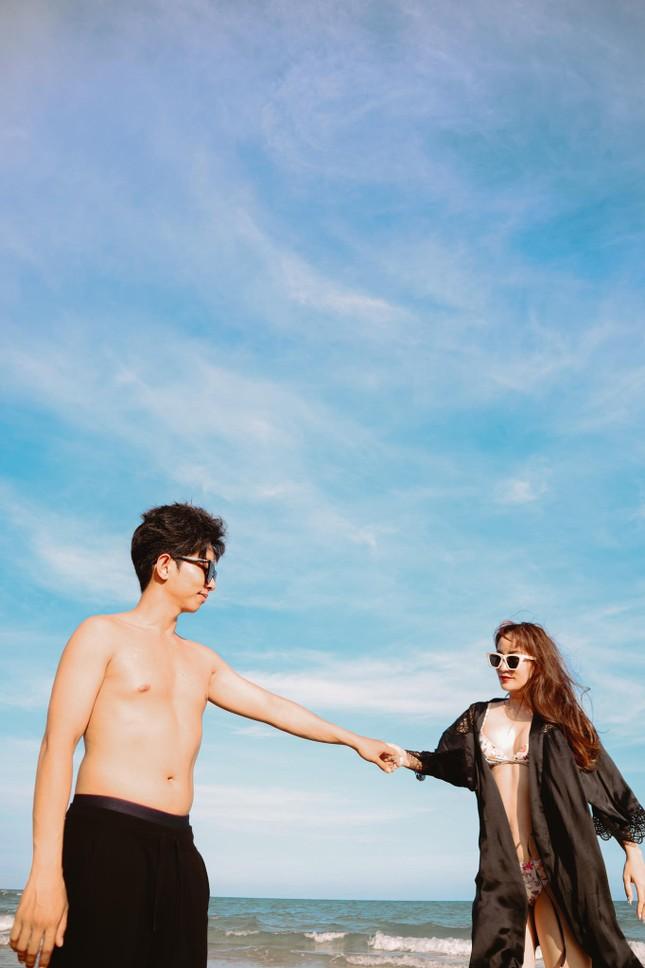 Khánh Thi nóng bỏng với bikini, hôn Phan Hiển say đắm trên biển Vũng Tàu ảnh 3
