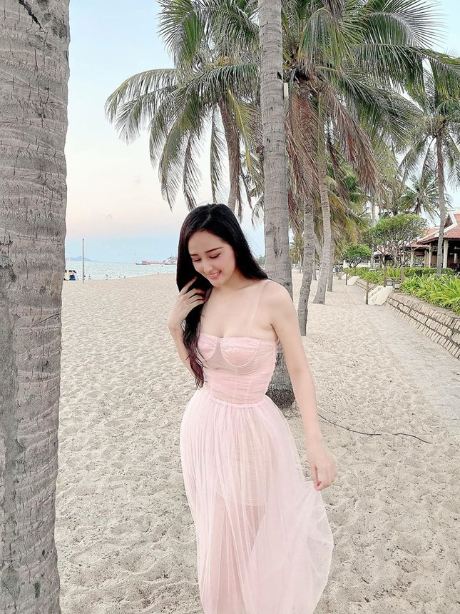 Mai Phương Thuý mặc váy cúp ngực gợi cảm ảnh 2