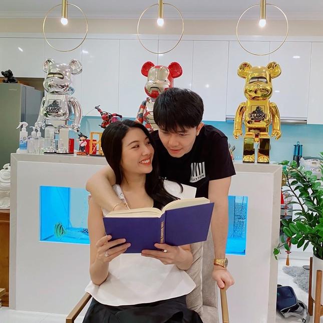 Á hậu Thuý Vân hé lộ hậu trường chụp ảnh cưới, fan trầm trồ nhan sắc 'cực phẩm' của chú rể ảnh 2