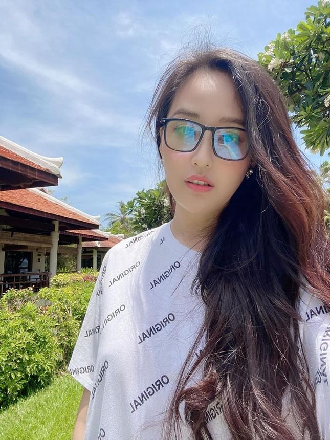 Á hậu Thuý Vân hé lộ hậu trường chụp ảnh cưới, fan trầm trồ nhan sắc 'cực phẩm' của chú rể ảnh 8