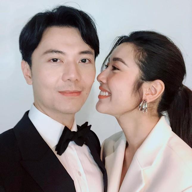 Á hậu Thuý Vân hé lộ hậu trường chụp ảnh cưới, fan trầm trồ nhan sắc 'cực phẩm' của chú rể ảnh 1
