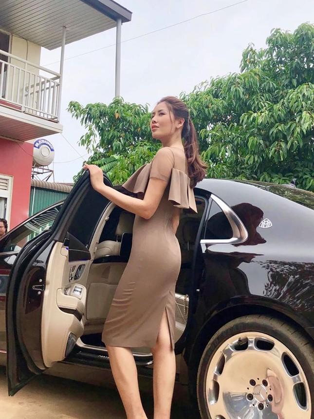Á hậu Thuý Vân hé lộ hậu trường chụp ảnh cưới, fan trầm trồ nhan sắc 'cực phẩm' của chú rể ảnh 11