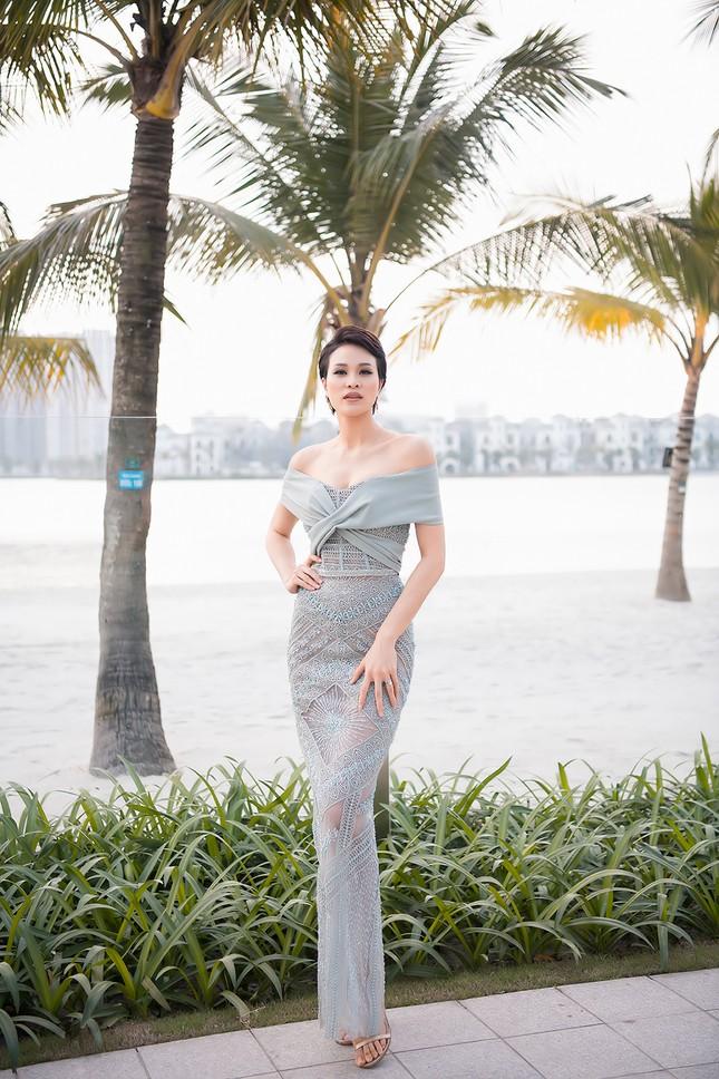 MC Phương Mai mặc váy xuyên thấu, khoe vòng 1 'bỏng mắt' sau 6 tháng sinh con ảnh 5