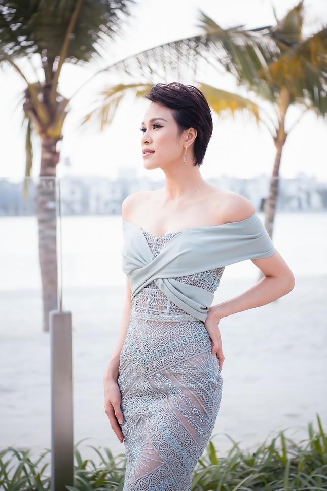 MC Phương Mai mặc váy xuyên thấu, khoe vòng 1 'bỏng mắt' sau 6 tháng sinh con ảnh 4