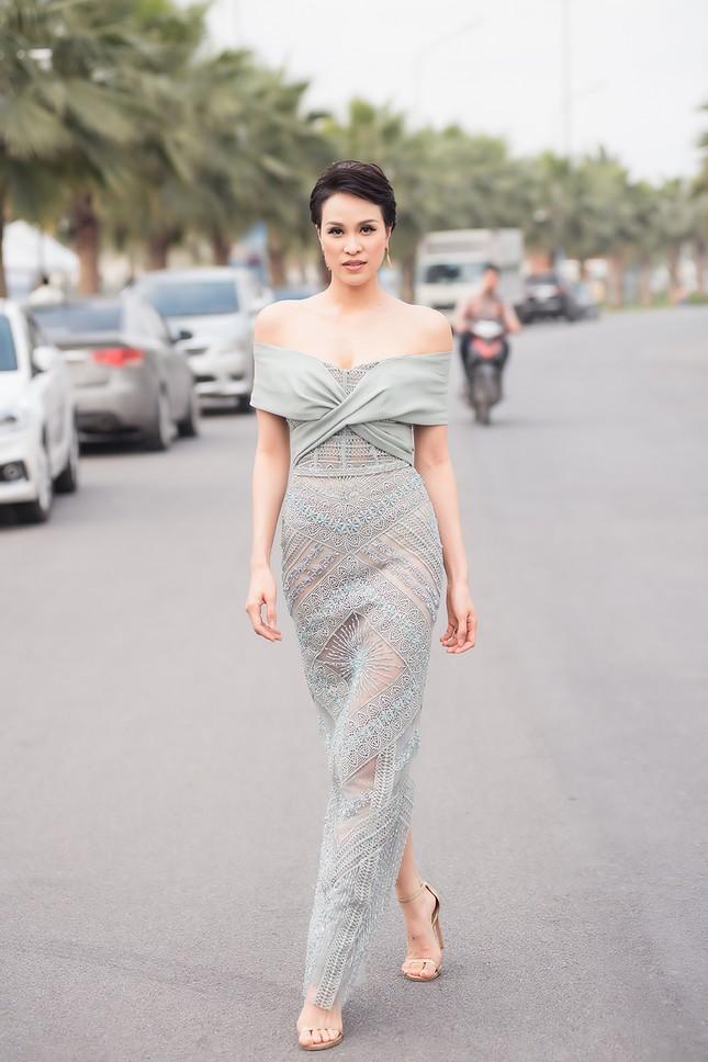 MC Phương Mai mặc váy xuyên thấu, khoe vòng 1 'bỏng mắt' sau 6 tháng sinh con ảnh 3