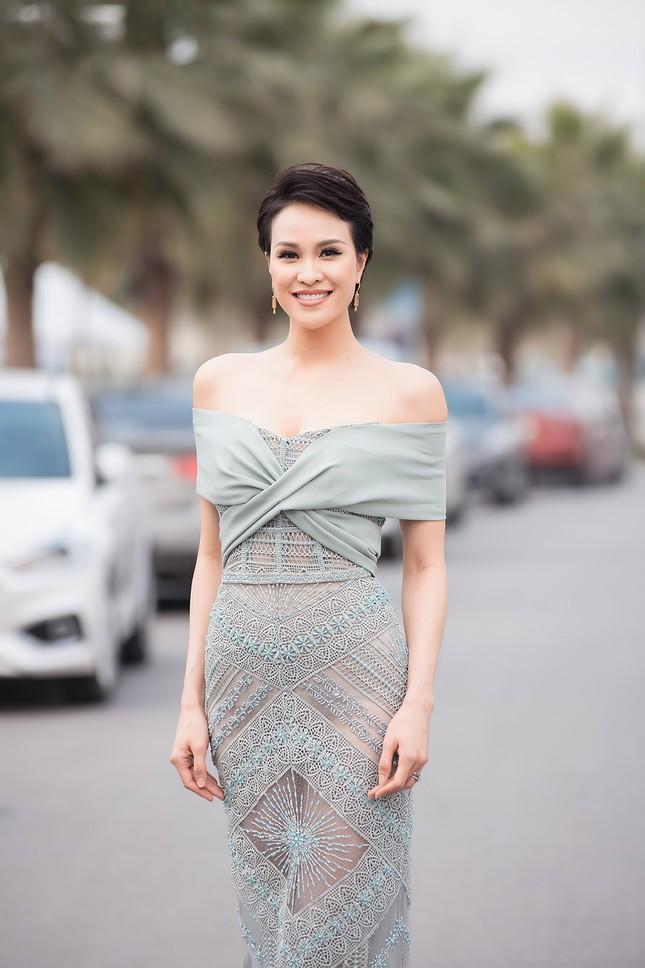 MC Phương Mai mặc váy xuyên thấu, khoe vòng 1 'bỏng mắt' sau 6 tháng sinh con ảnh 6