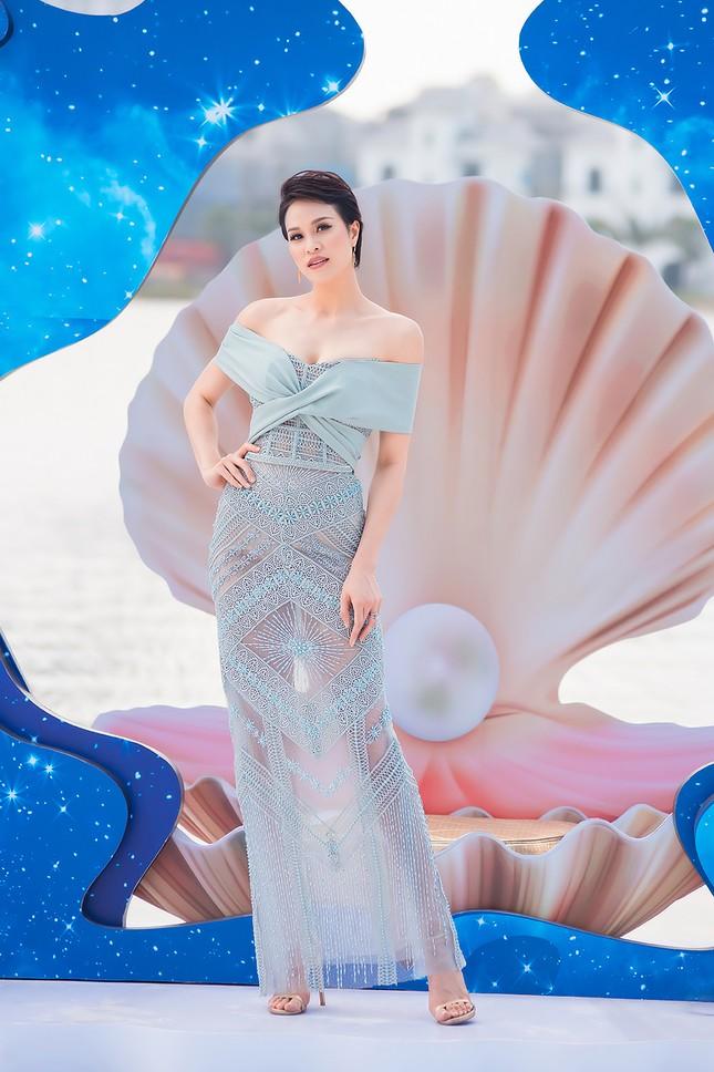 MC Phương Mai mặc váy xuyên thấu, khoe vòng 1 'bỏng mắt' sau 6 tháng sinh con ảnh 8