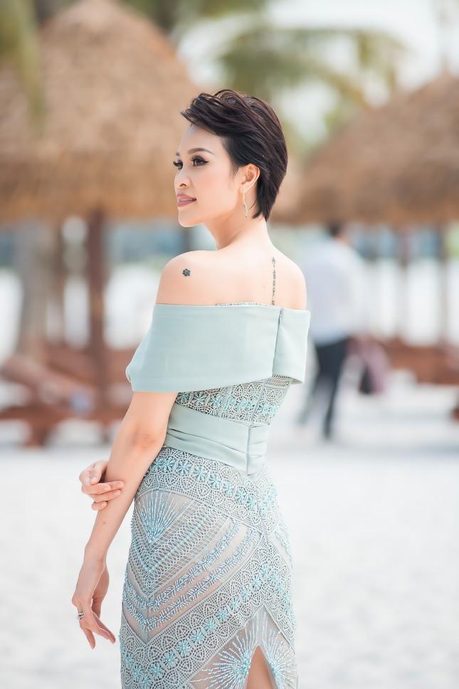 MC Phương Mai mặc váy xuyên thấu, khoe vòng 1 'bỏng mắt' sau 6 tháng sinh con ảnh 7