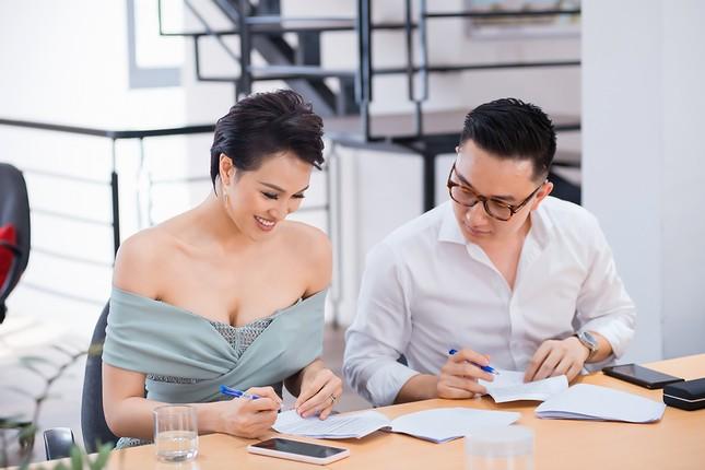 MC Phương Mai mặc váy xuyên thấu, khoe vòng 1 'bỏng mắt' sau 6 tháng sinh con ảnh 9