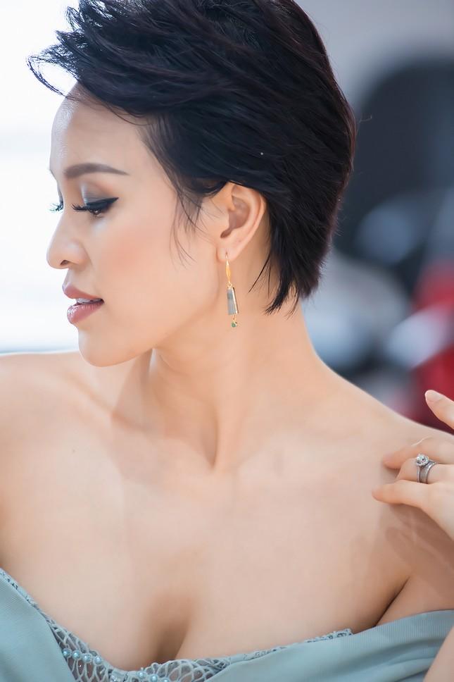 MC Phương Mai mặc váy xuyên thấu, khoe vòng 1 'bỏng mắt' sau 6 tháng sinh con ảnh 11