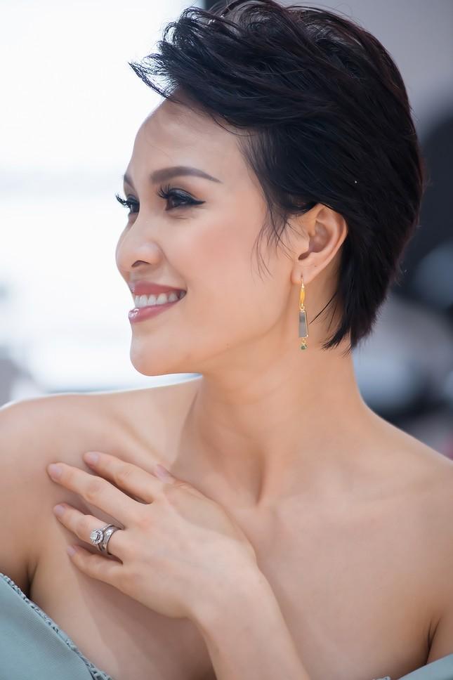 MC Phương Mai mặc váy xuyên thấu, khoe vòng 1 'bỏng mắt' sau 6 tháng sinh con ảnh 10