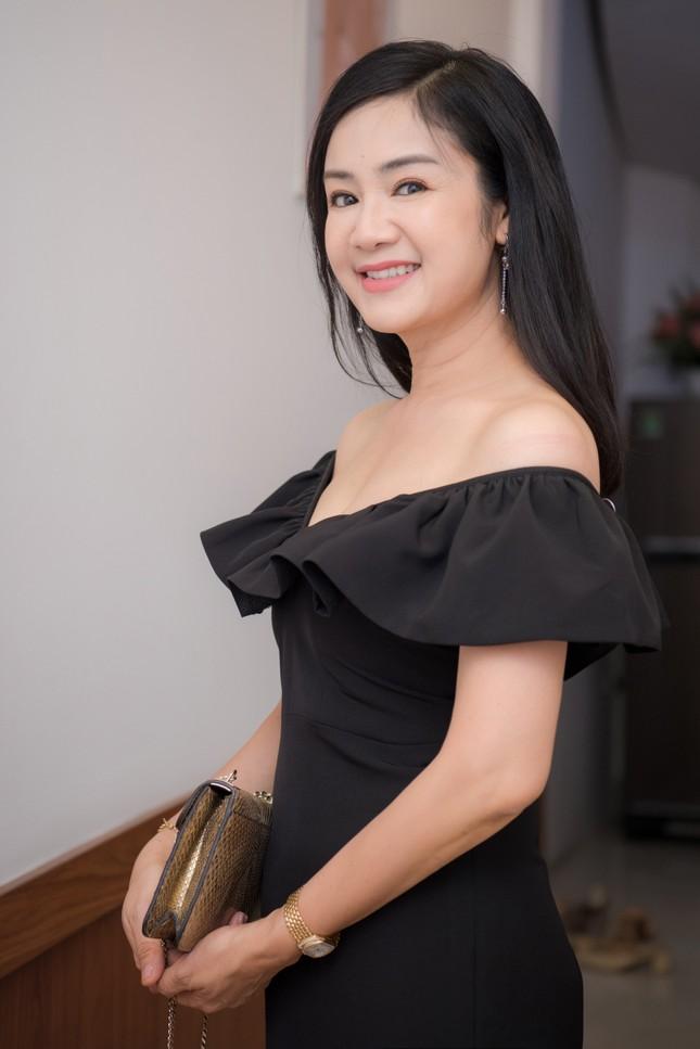 NSND Thu Hà 'Lá ngọc cành vàng' mặc xẻ sâu, khoe vòng một quyến rũ ở tuổi 51 ảnh 5