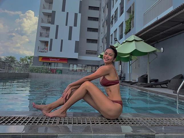 Mâu Thuỷ mặc bikini khoe dáng nóng bỏng chào hè, H'Hen Niê khoe 'eo con kiến' sexy ảnh 1