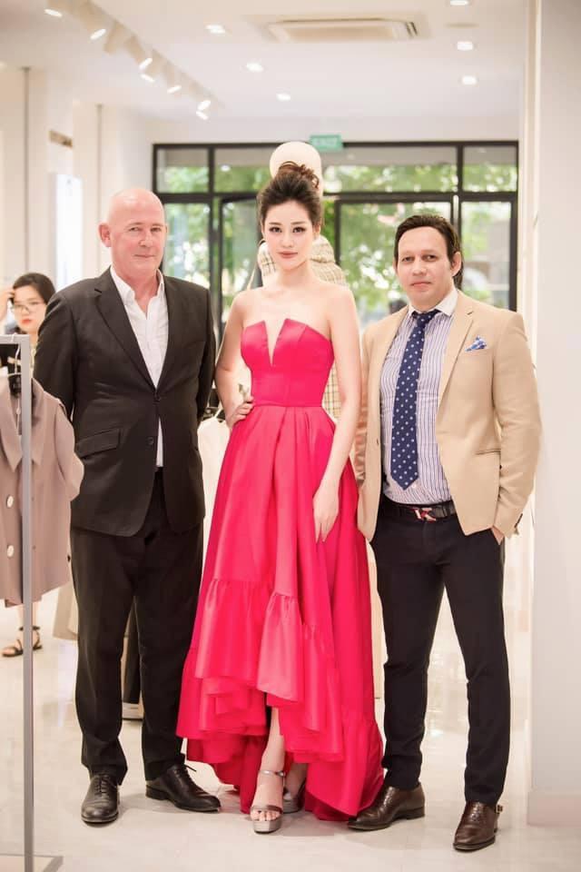 'Mẹ chồng' Lan Hương gây bất ngờ với trang phục trễ nải siêu gợi cảm ảnh 1
