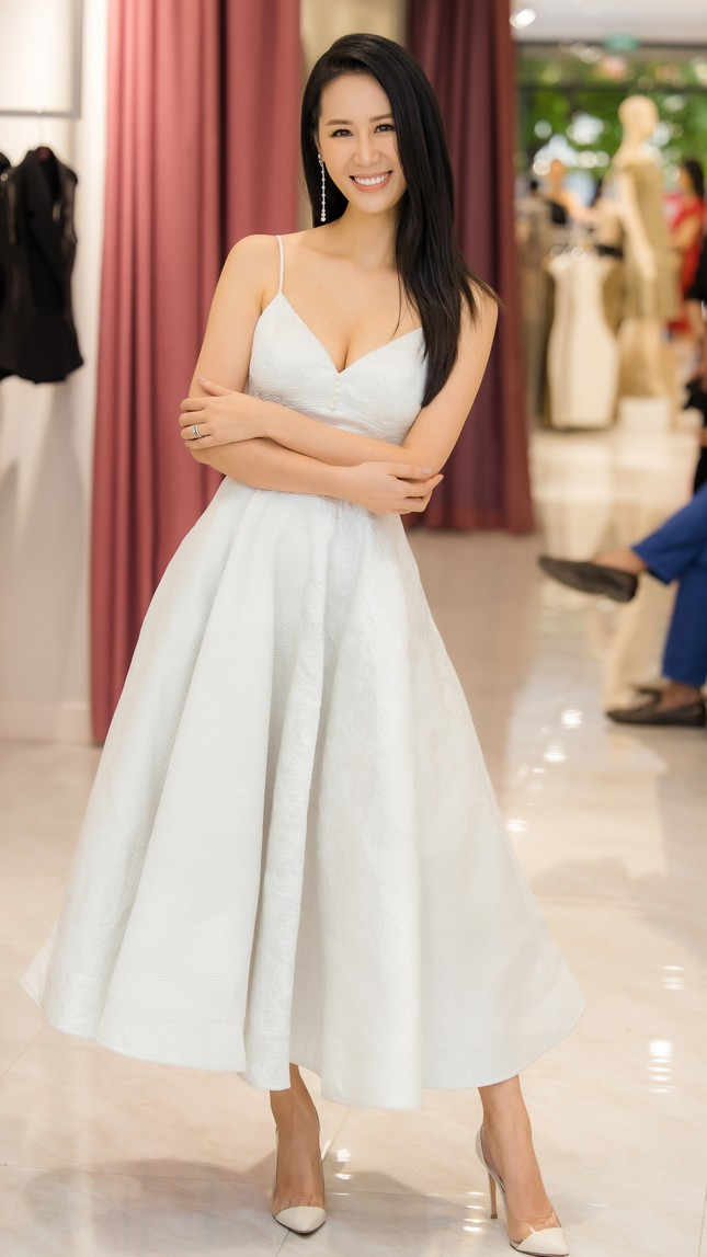 'Mẹ chồng' Lan Hương gây bất ngờ với trang phục trễ nải siêu gợi cảm ảnh 5