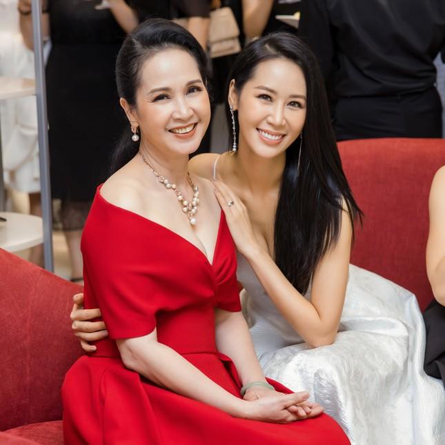 'Mẹ chồng' Lan Hương gây bất ngờ với trang phục trễ nải siêu gợi cảm ảnh 7