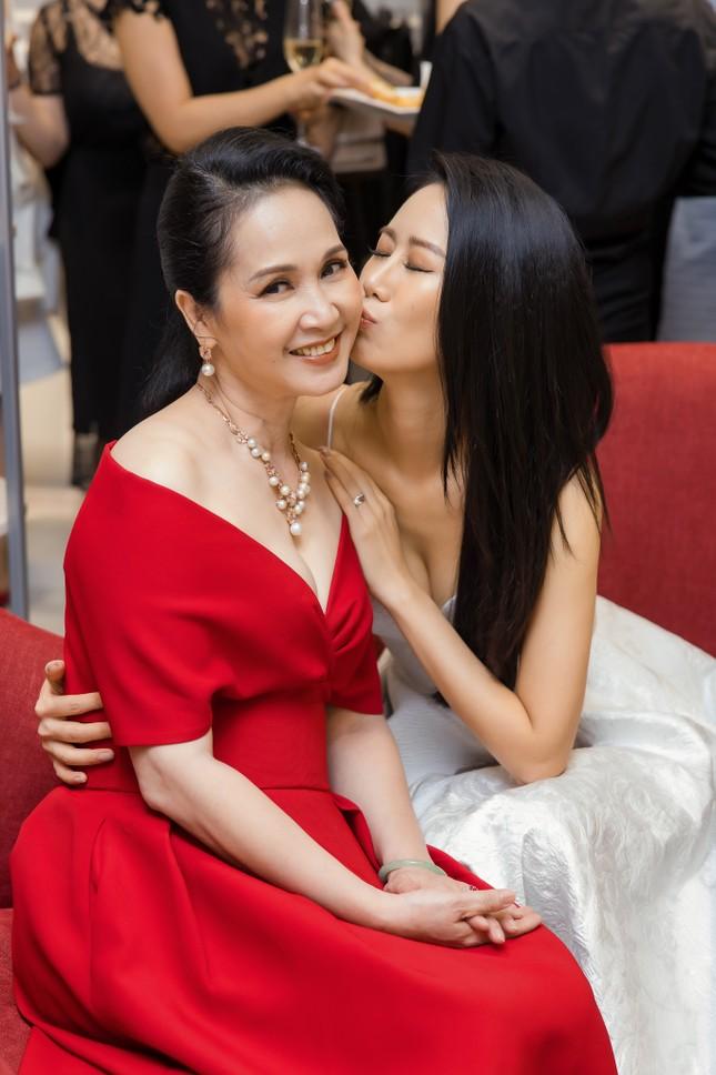 'Mẹ chồng' Lan Hương gây bất ngờ với trang phục trễ nải siêu gợi cảm ảnh 8