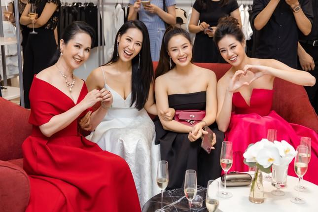 'Mẹ chồng' Lan Hương gây bất ngờ với trang phục trễ nải siêu gợi cảm ảnh 4