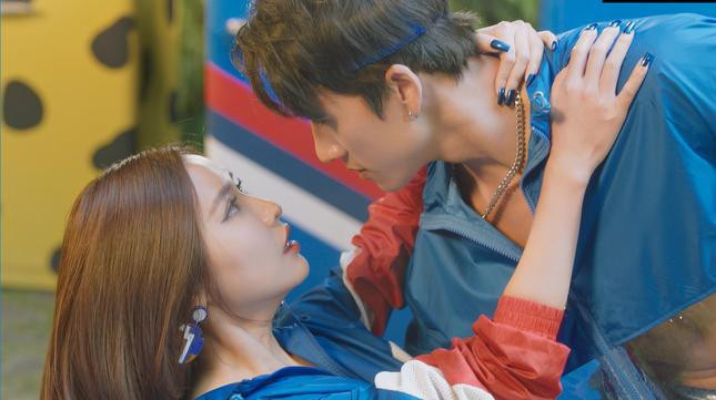 Không chỉ có trai đẹp 6 múi, MV mới của Bích Phương còn bất ngờ xuất hiện cả BigDaddy ảnh 2