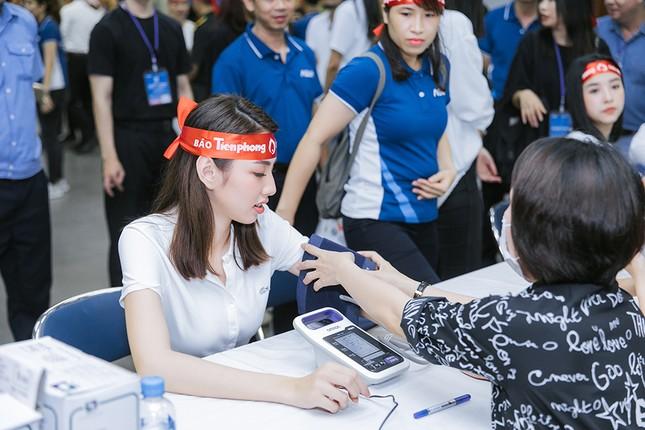 Dàn Hoa - Á hậu khoe sắc tinh khôi với áo trắng, tham gia hiến máu nhân đạo ảnh 16