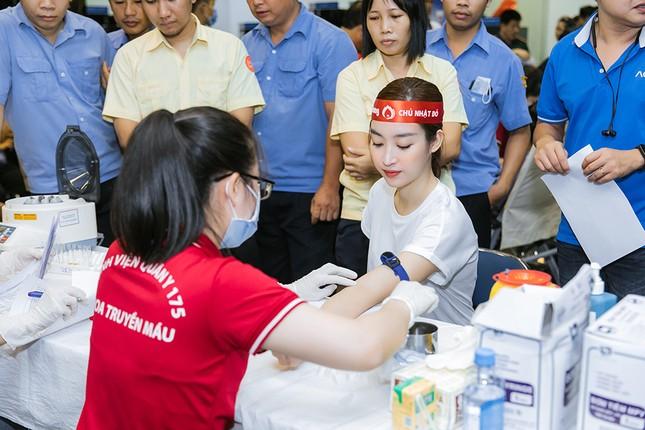 Dàn Hoa - Á hậu khoe sắc tinh khôi với áo trắng, tham gia hiến máu nhân đạo ảnh 13