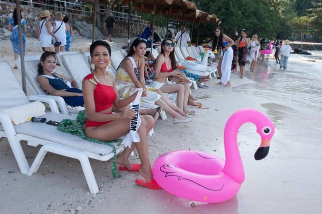 Hoa hậu H'Hen Niê gây thích thú với thời trang chống nắng kín mít từ đầu đến chân ảnh 4