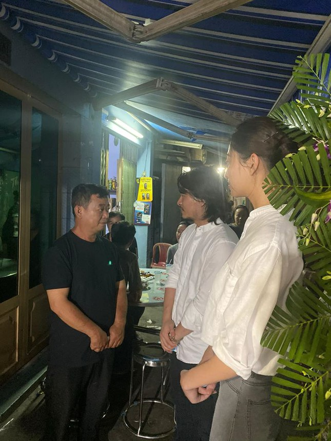 Hoa hậu Lương Thuỳ Linh nghẹn ngào viếng bé trai tử vong vì bị cây phượng đè ảnh 2