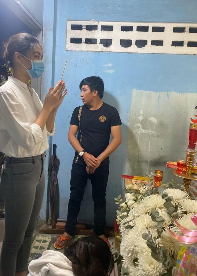 Hoa hậu Lương Thuỳ Linh nghẹn ngào viếng bé trai tử vong vì bị cây phượng đè ảnh 1