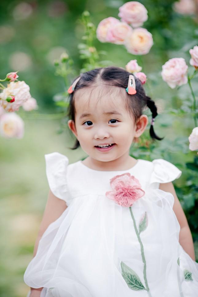 Con gái bị sinh non phải nằm lồng kính của Khánh Thi nay đã ra dáng 'mợ chảnh' ảnh 4