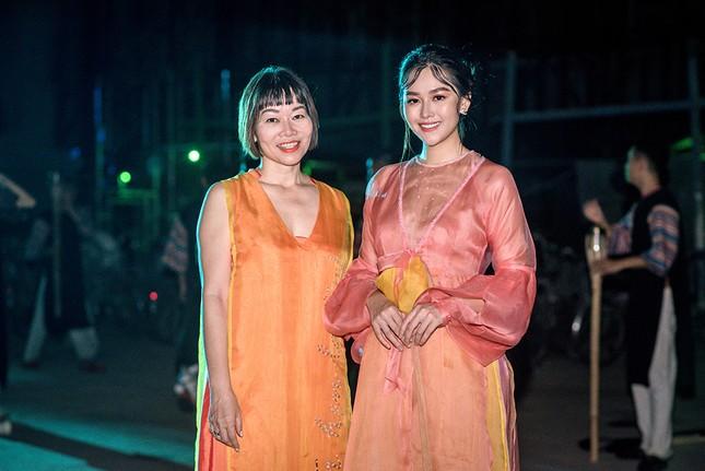 Tường San đẹp tựa 'tiên nữ' trên sàn catwalk, trình diễn áo dài cho chính mẹ thiết kế ảnh 9