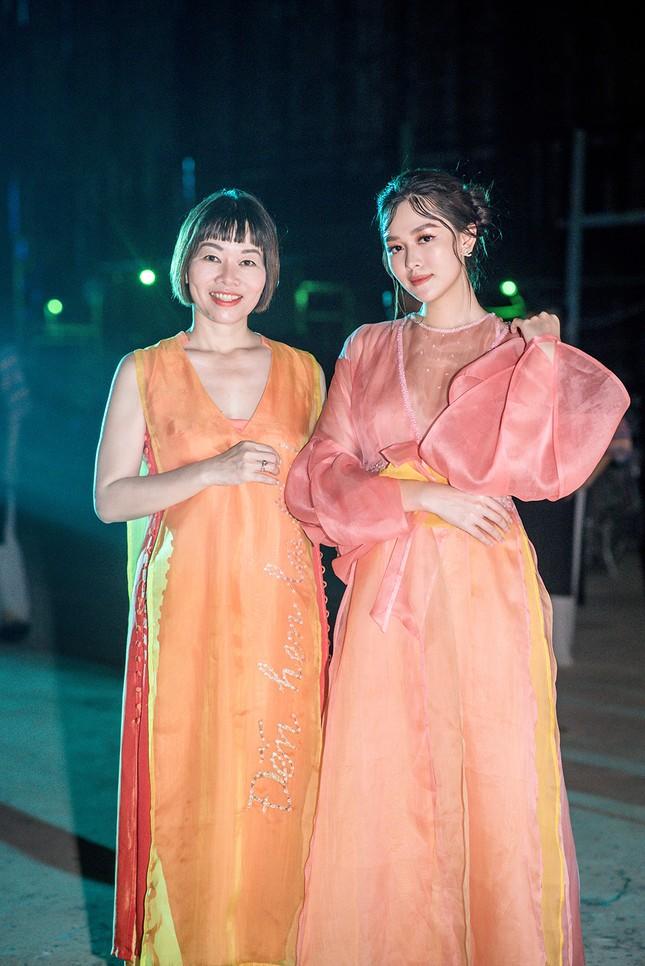 Tường San đẹp tựa 'tiên nữ' trên sàn catwalk, trình diễn áo dài cho chính mẹ thiết kế ảnh 10