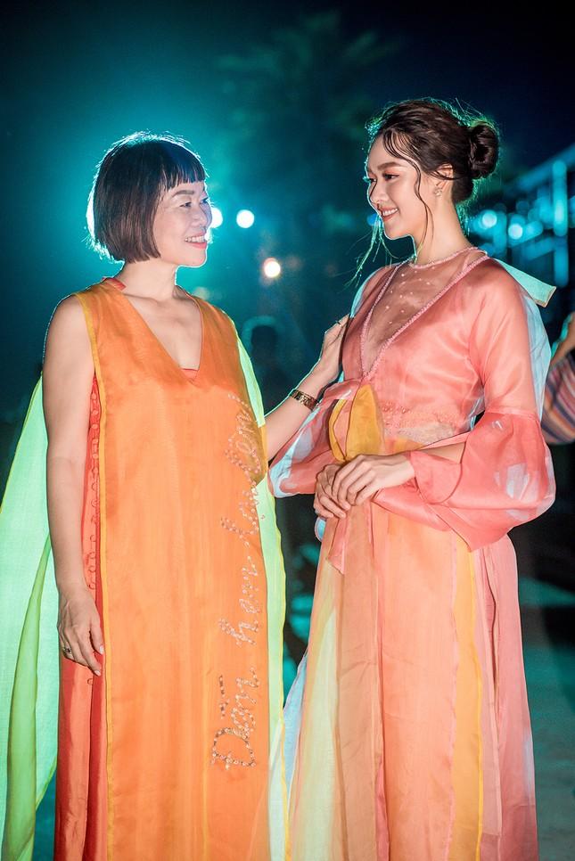 Tường San đẹp tựa 'tiên nữ' trên sàn catwalk, trình diễn áo dài cho chính mẹ thiết kế ảnh 11