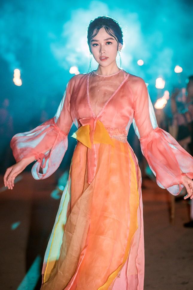 Tường San đẹp tựa 'tiên nữ' trên sàn catwalk, trình diễn áo dài cho chính mẹ thiết kế ảnh 4