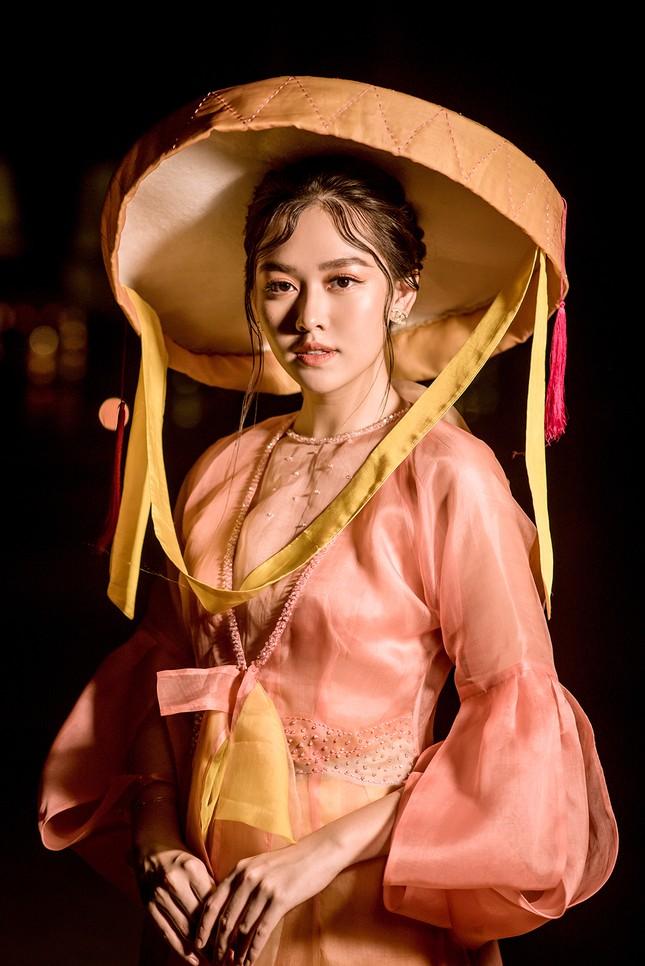Tường San đẹp tựa 'tiên nữ' trên sàn catwalk, trình diễn áo dài cho chính mẹ thiết kế ảnh 1
