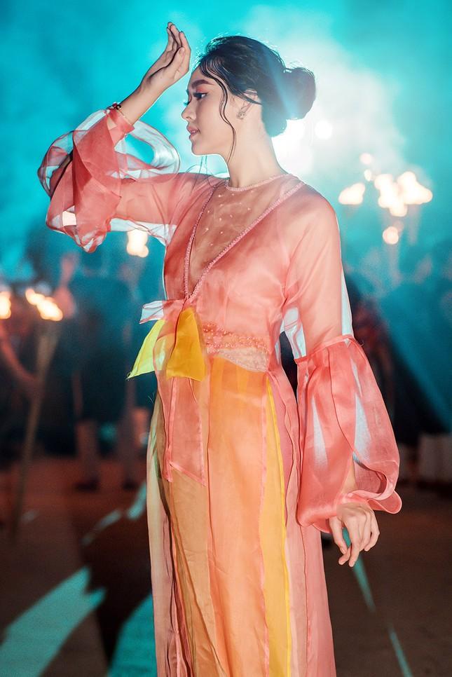Tường San đẹp tựa 'tiên nữ' trên sàn catwalk, trình diễn áo dài cho chính mẹ thiết kế ảnh 5