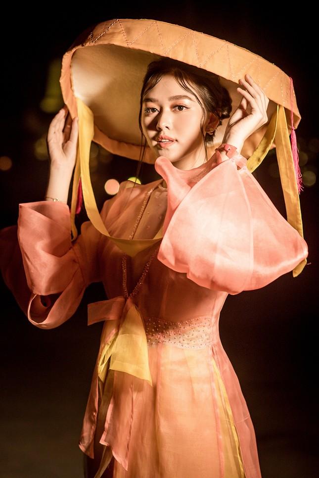 Tường San đẹp tựa 'tiên nữ' trên sàn catwalk, trình diễn áo dài cho chính mẹ thiết kế ảnh 2