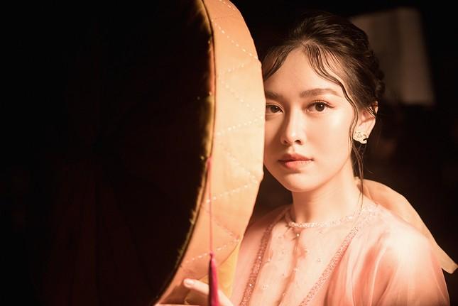 Tường San đẹp tựa 'tiên nữ' trên sàn catwalk, trình diễn áo dài cho chính mẹ thiết kế ảnh 6