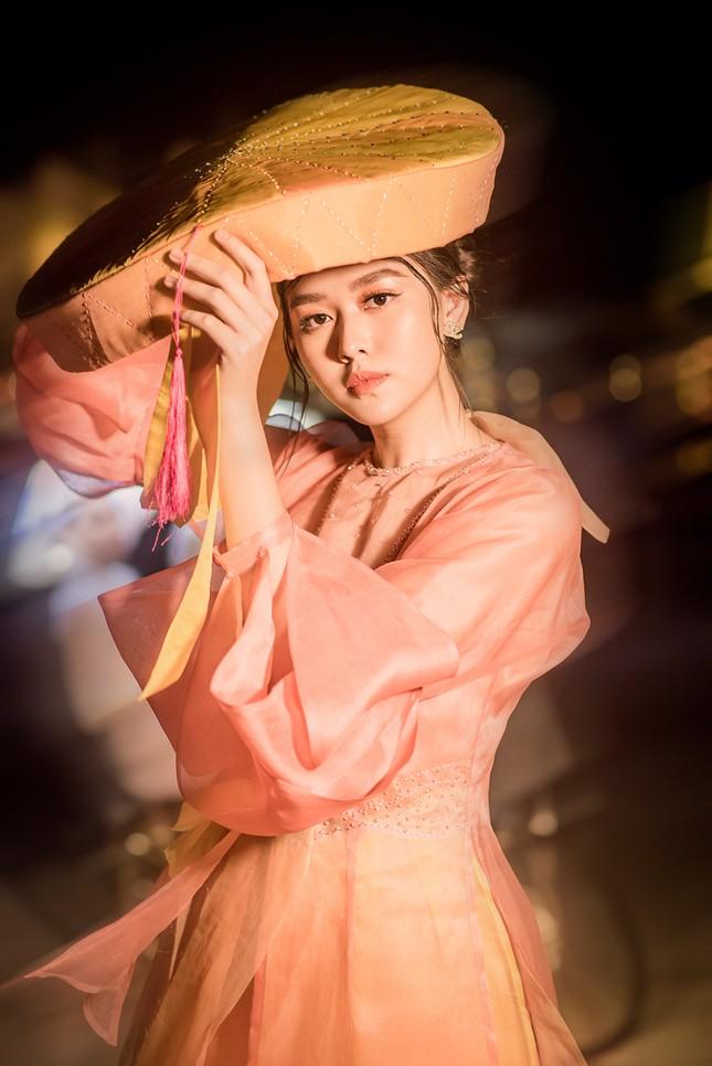 Tường San đẹp tựa 'tiên nữ' trên sàn catwalk, trình diễn áo dài cho chính mẹ thiết kế ảnh 3