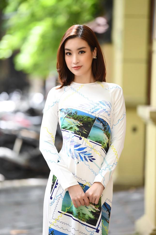 Ngọc Hân, Mỹ Linh và dàn người đẹp rạng rỡ khoe sắc với áo dài in hình biển đảo ảnh 5