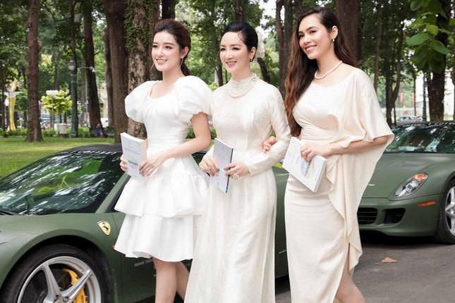 Mai Phương Thuý mặc váy trễ ngực sexy, hội ngộ dàn 'bông hậu' ở tiệc sinh nhật Tú Anh ảnh 6
