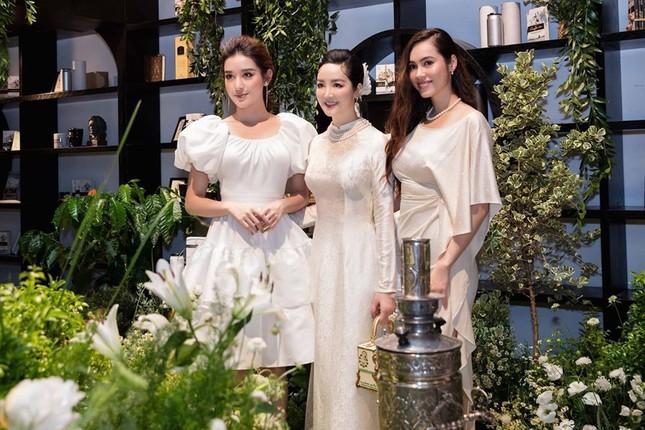 Mai Phương Thuý mặc váy trễ ngực sexy, hội ngộ dàn 'bông hậu' ở tiệc sinh nhật Tú Anh ảnh 7