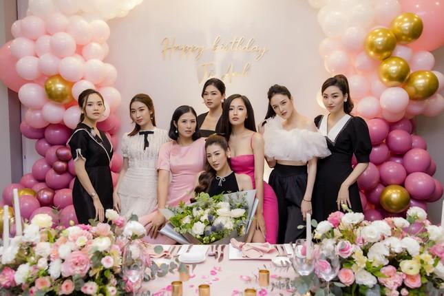 Mai Phương Thuý mặc váy trễ ngực sexy, hội ngộ dàn 'bông hậu' ở tiệc sinh nhật Tú Anh ảnh 2