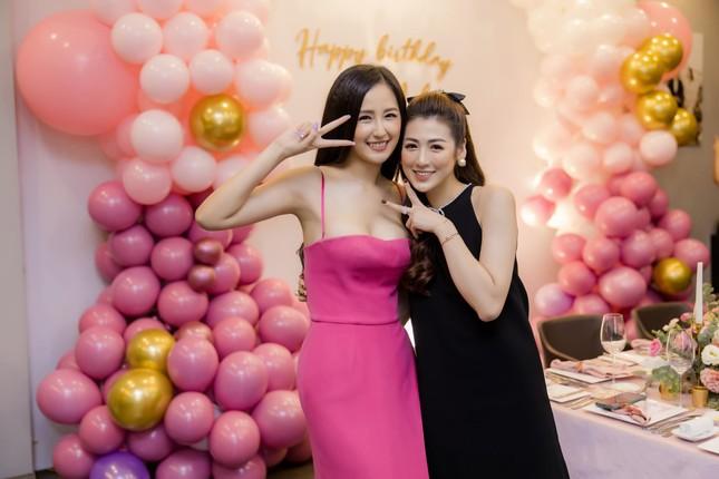 Mai Phương Thuý mặc váy trễ ngực sexy, hội ngộ dàn 'bông hậu' ở tiệc sinh nhật Tú Anh ảnh 1